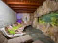 Relaxace a oddych, klidová zóna s lehátky a akváriem