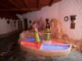 Kneippova šlapací koupel založená na přecházení z teplých do studených vaniček s masážním povrchem