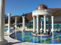 Termální bazén (36 - 38°C), propojený průplavem s vnitřním areálem