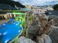 Rekreační bazén s vodopádem a majestátní kamennou stěnou